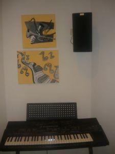Auf den Bild ist ein Keybaord mit zwei Bildern und eine Musikbox zu sehen.